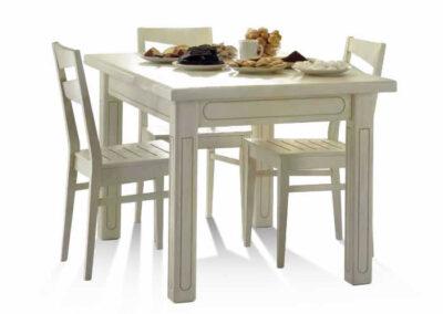 Tavoli e sedie in legno bianco pregiato