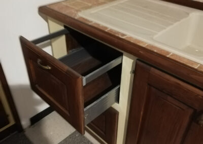 Cassetto in legno massello per cucina artigianale