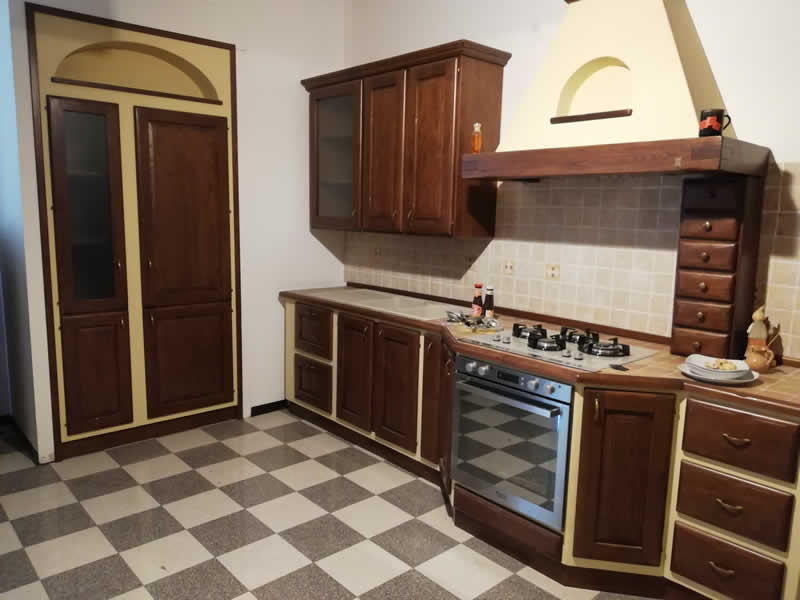Cucina artigianale in legno massello di castagno
